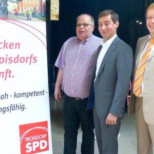 v.l.: Ortsvereinsvorsitzender Jürgen Weller, Bundestagskandidat Sebastian Hartmann und Landtagsabgeordneter Achim Tüttenberg